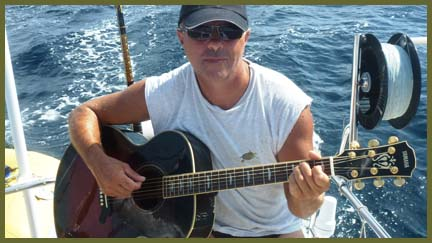 capitaine_joue_guitare